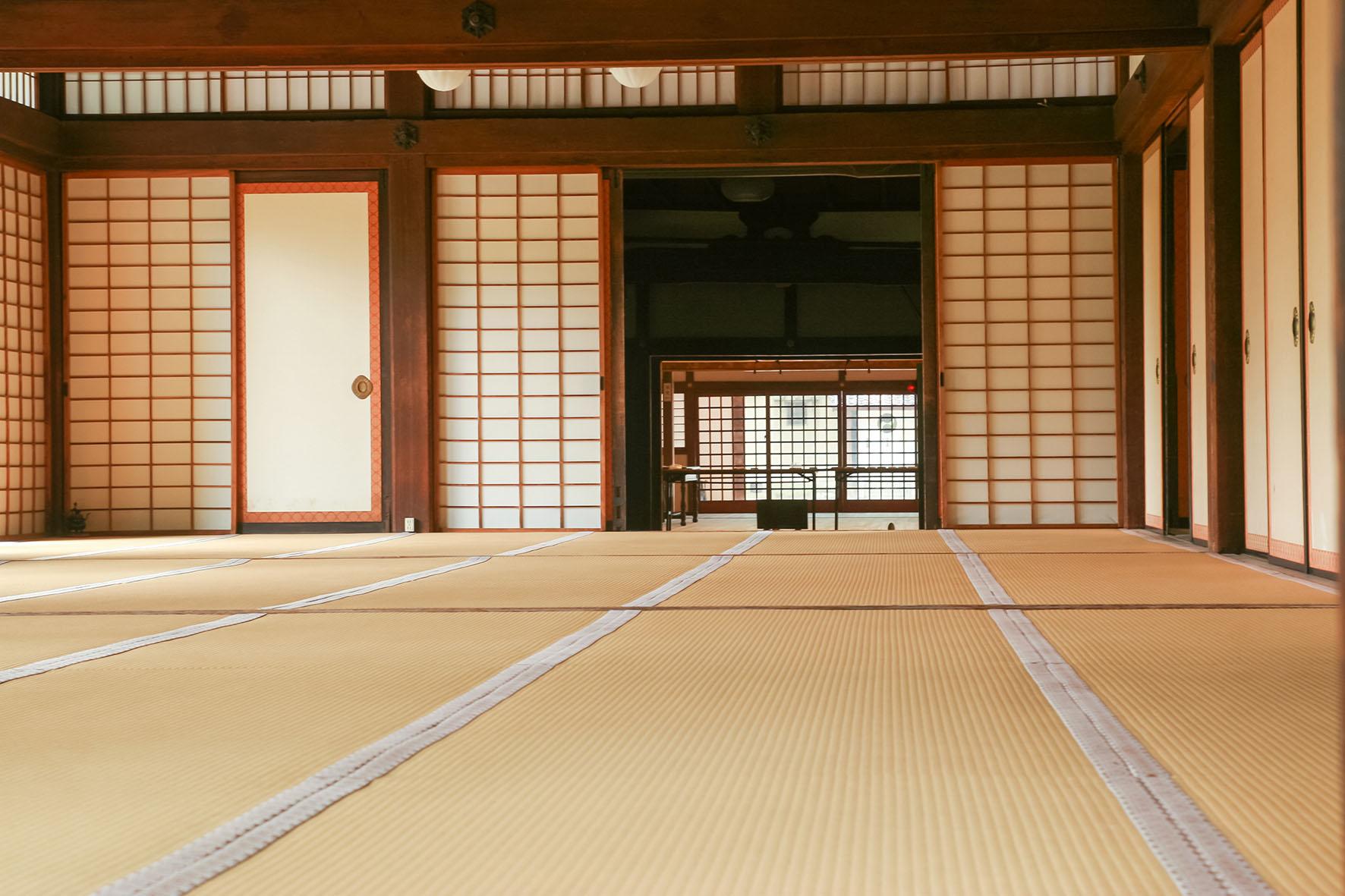 Irimi foto de interior de casa japonesa con suelo de tatami. Dojo practicas de Artes Marciales.