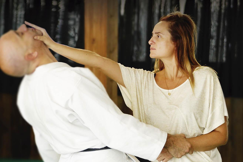 Maestro durante clase de Defensa Personal Femenina
