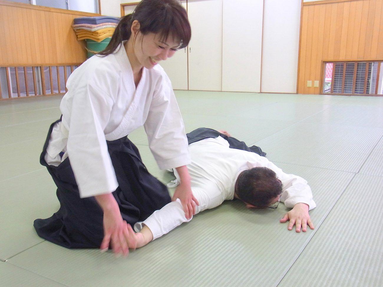 Mujer durante clase de Aikido. Una practica deportiva que no distingue los sexos.
