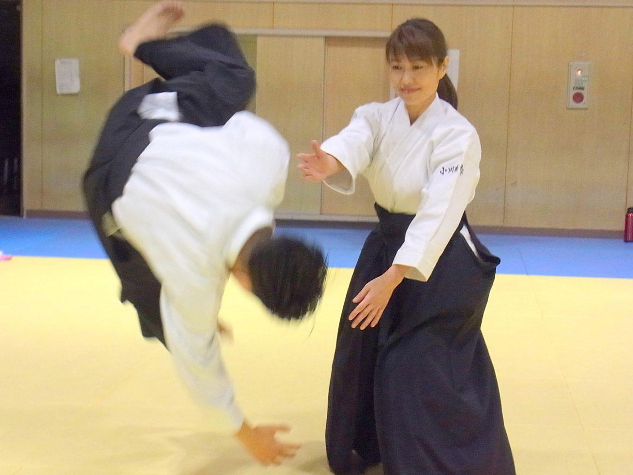 Mujer practicando Aikido con compañero. No hay distinción entre hombres, mujeres y niños.