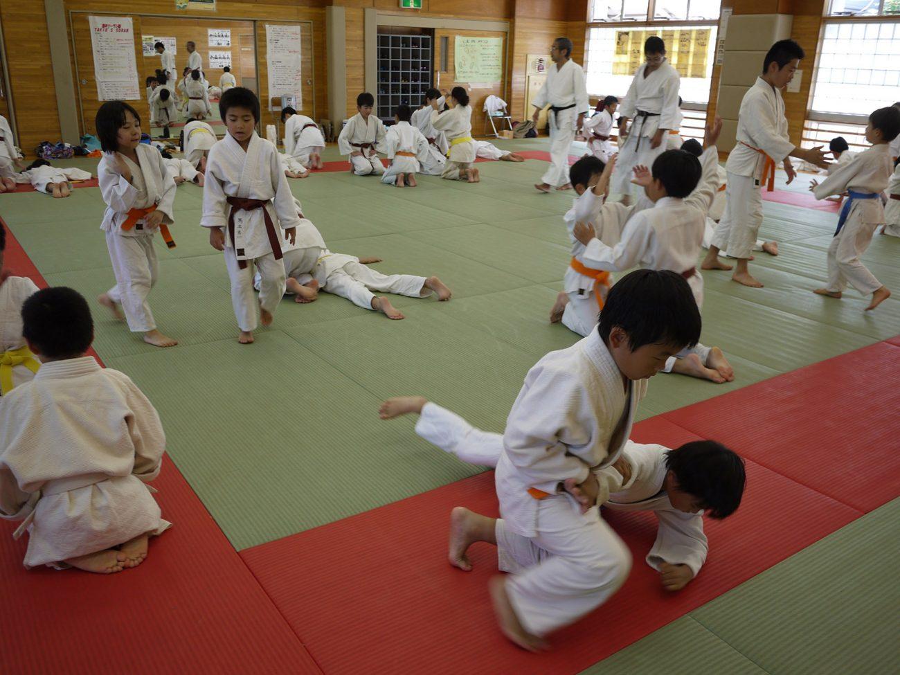 Varios niños practicando Aikido, un ejercicio ideal para mujeres y niños.