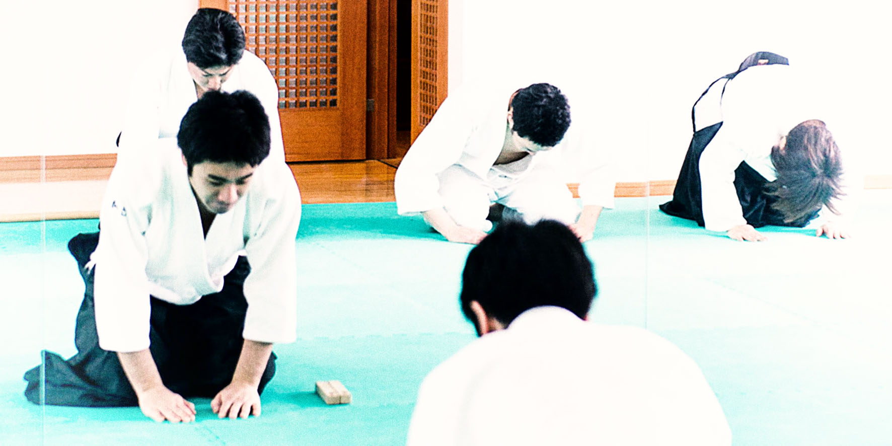 Aikidokas se saludan. Respecto y etiqueta en el tatami.